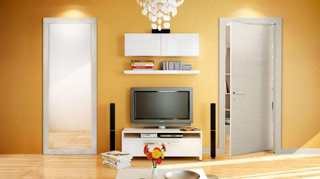Vista frontale porte pivato installate in appartamento giallo