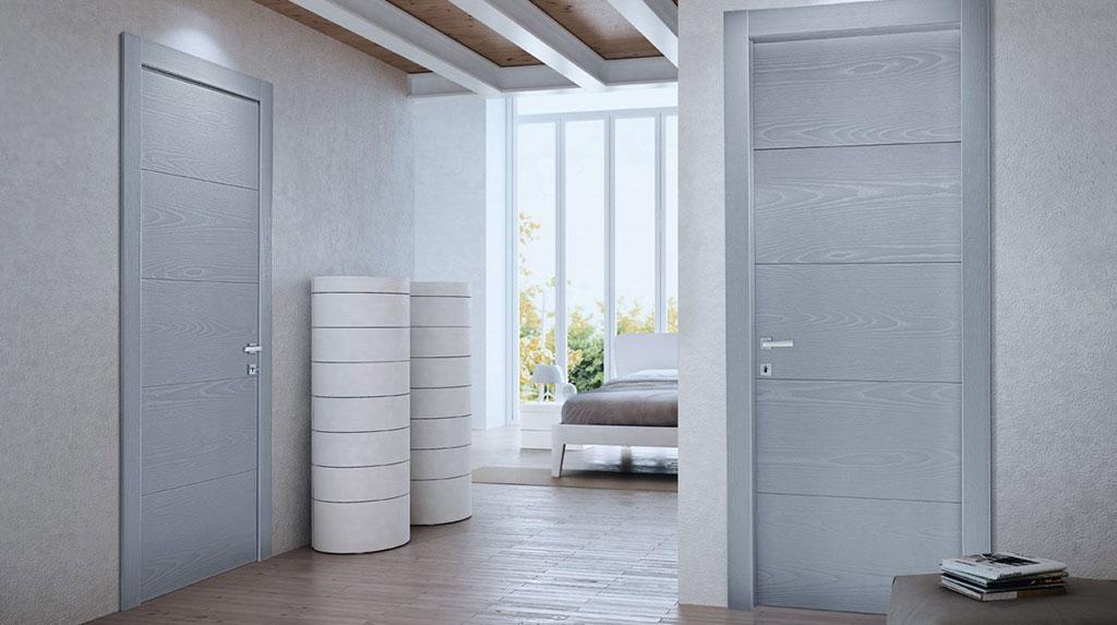 Appartamento grigio con porte pivato