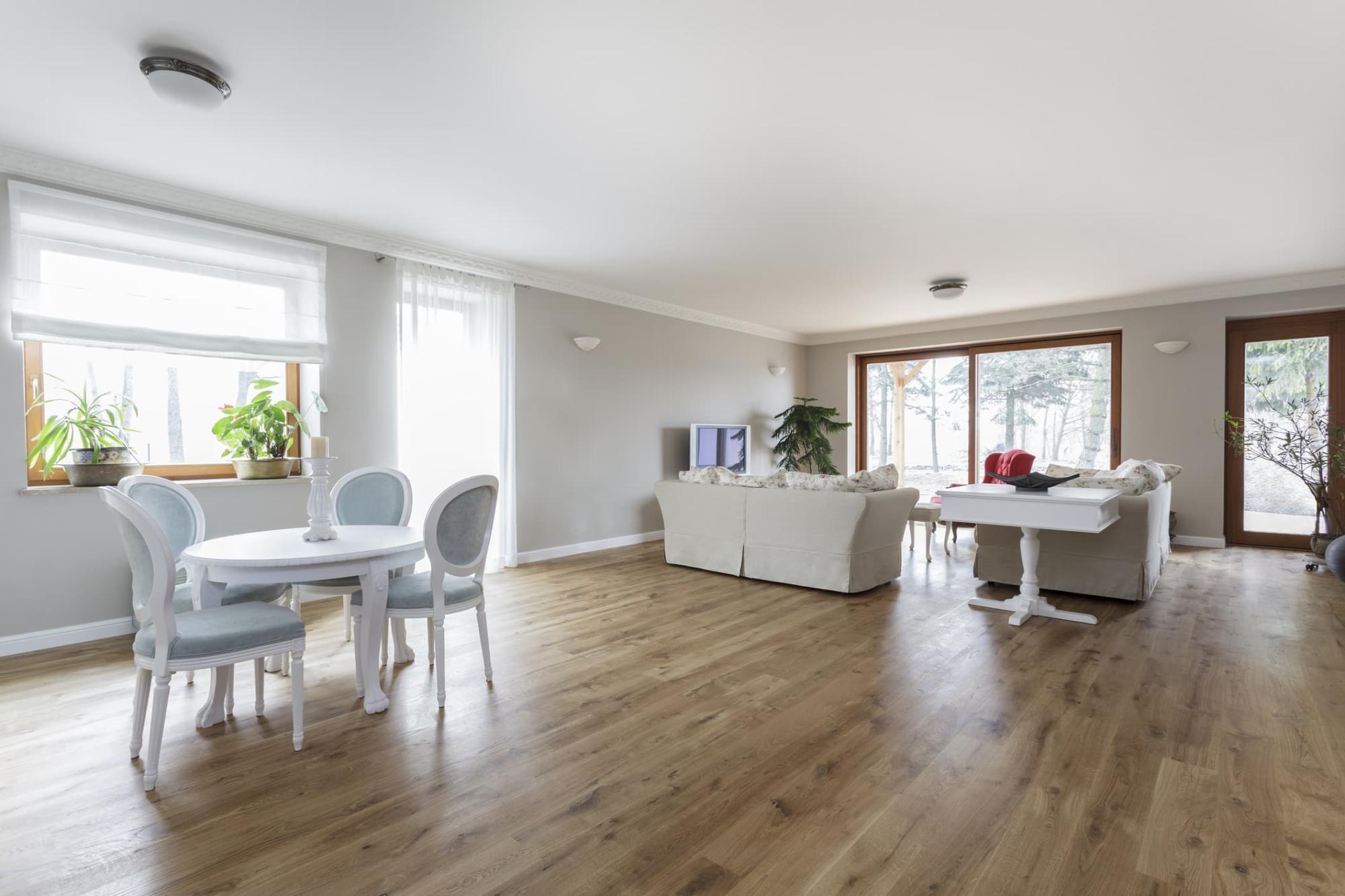 vista interna appartamento con serramenti in legno