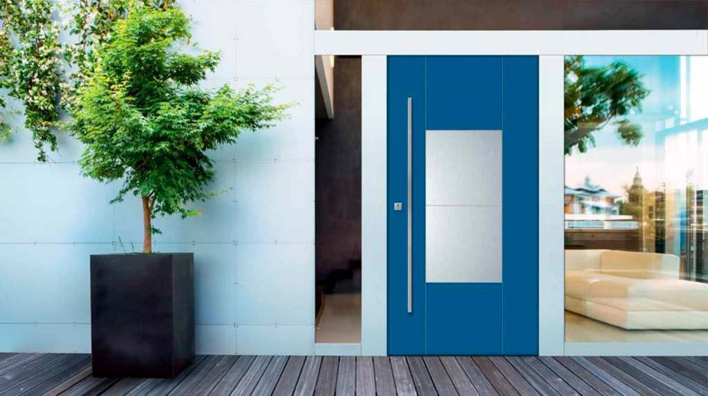 Facciata villa con porta blu